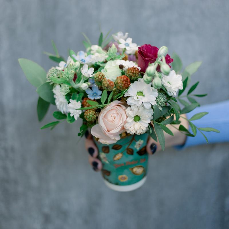 Букет в стаканчике с розами. хризантемами и ягодками с доставкой