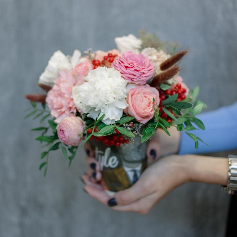 Букет в стаканчике с розами и гвоздикам с доставкой