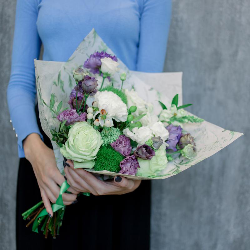 Букет с гвоздиками, лизиантусом и розами с доставкой