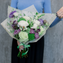 Букет с гвоздиками, лизиантусом и розами купить