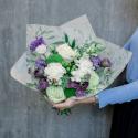 Букет с гвоздиками, лизиантусом и розами заказать