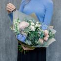 Букет с розами, брассикой и суккулентом купить