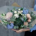 Букет с розами, брассикой и суккулентом заказать