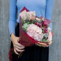 Букет с розовой гортензией и гвоздиками купить