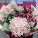 Букет с розовой гортензией и гвоздиками заказать