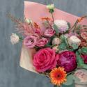 Букет с пионами, розами и лизиантусом заказать