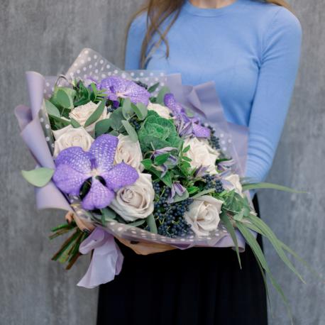 Букет с розами, орхидеями и брассикой