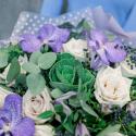 Букет с розами, орхидеями и брассикой заказать