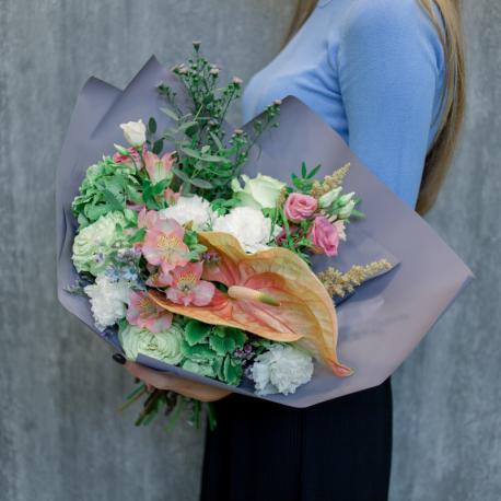 Букет с зеленой гортензией, розами и антуриумом