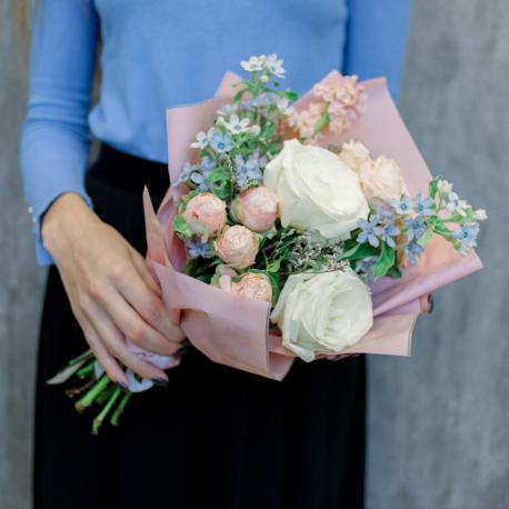 Букет белыми, кремовыми розами и маттиолой
