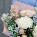 Букет белыми, кремовыми розами и маттиолой купить