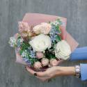 Букет белыми, кремовыми розами и маттиолой заказать