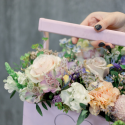 Деревянный ящичек с гвоздиками, розами и альстромериями купить