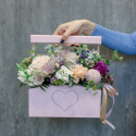 Деревянный ящичек с гвоздиками, розами и альстромериями заказать