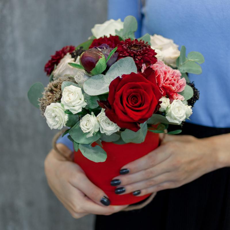 Шляпная коробка с розами, гвоздиками и эвкалиптом с доставкой