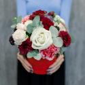 Шляпная коробка с розами, гвоздиками и эвкалиптом купить