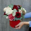 Шляпная коробка с розами, гвоздиками и эвкалиптом заказать