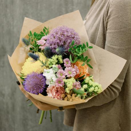 Букет с эрингиумом, хризантемами, розой и гвоздикой