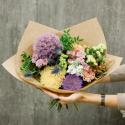 Букет с эрингиумом, хризантемами, розой и гвоздикой заказать