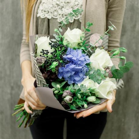 Букет с гортензией, белыми розами и лизиантусами