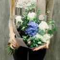Букет с гортензией, белыми розами и лизиантусами с доставкой