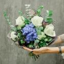 Букет с гортензией, белыми розами и лизиантусами заказать