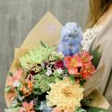 Букет с хризантемами, альстромериями и антирринумом купить