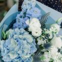 Букет с голубой гортензией, белыми лизиантусами и гвоздиками купить