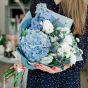Букет с голубой гортензией, белыми лизиантусами и гвоздиками с доставкой