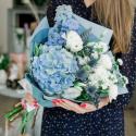 Букет с голубой гортензией, белыми лизиантусами и гвоздиками