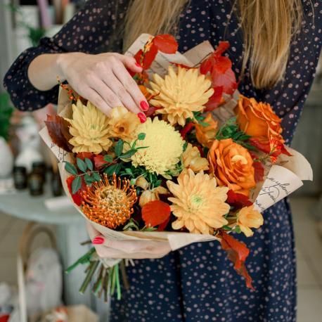Букет с розами, хризантемами и декоративными листьями