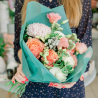 Букет с розами, хризантемой и белой гвоздикой