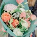 Букет с розами, хризантемой и белой гвоздикой заказать