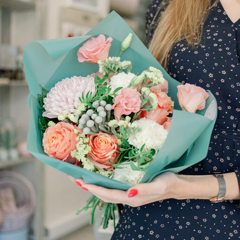 Букет с розами, хризантемой и белой гвоздикой с доставкой