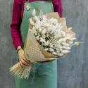 Букет из сухоцветов с лагурусом и ромашками