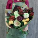 Букет с кустовой розой, гвоздиками и брассикой