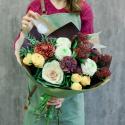 Букет с кустовой розой, гвоздиками и брассикой купить