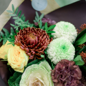 Букет с кустовой розой, гвоздиками и брассикой заказать