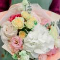 Букет с белой гортензией, розами и эвкалиптом купить