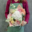 Букет с белой гортензией, розами и эвкалиптом с доставкой