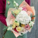 Букет с белой гортензией, розами и эвкалиптом заказать