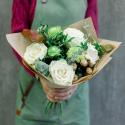 Букет с белыми розами, хризантемой и эвкалиптом купить