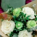 Букет с белыми розами, хризантемой и эвкалиптом заказать