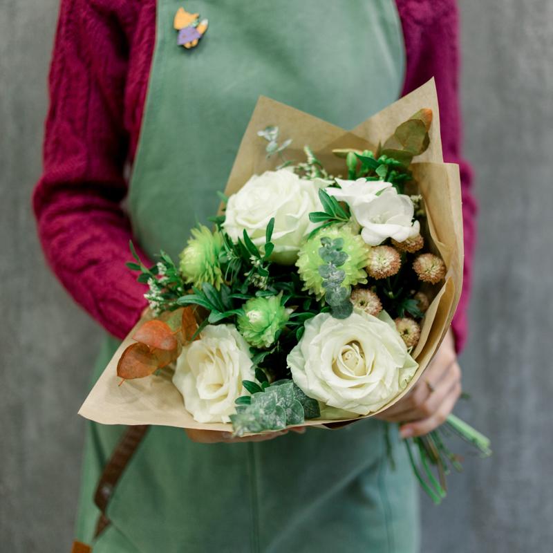 Букет с белыми розами, хризантемой и эвкалиптом с доставкой