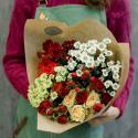 Букет с кустовой розой и кустовой хризантемой