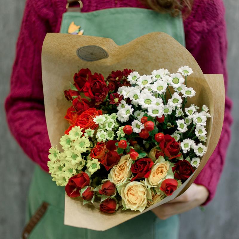 Букет с кустовой розой и кустовой хризантемой с доставкой