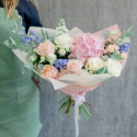 Букет с розовой гортензией, розами и гиацинтами