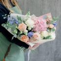 Букет с розовой гортензией, розами и гиацинтами купить