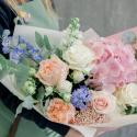 Букет с розовой гортензией, розами и гиацинтами заказать