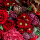 Букет с гортензией, красными розами и протеей